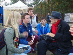 foto van de jongeren in gesprek met Jules Schelvis